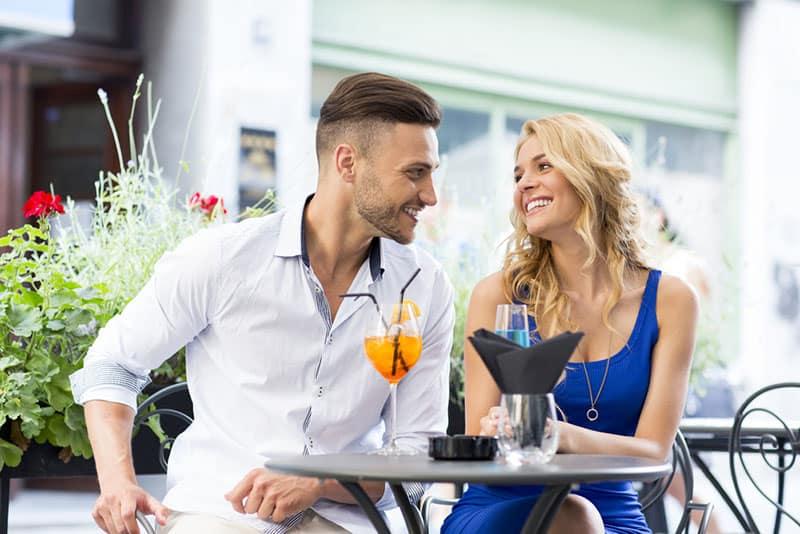 Mann flirtet mit hübscher Frau