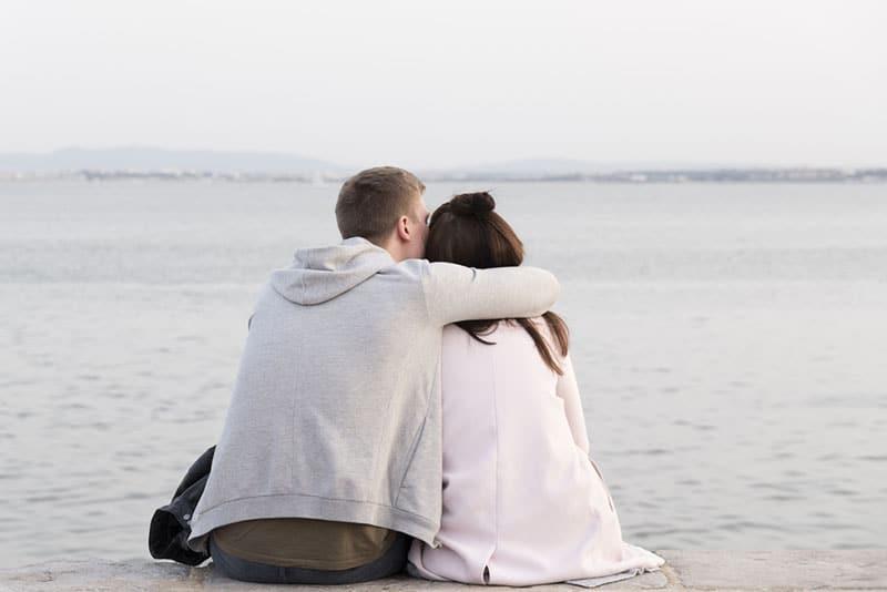 Mann küsst und umarmt Frau