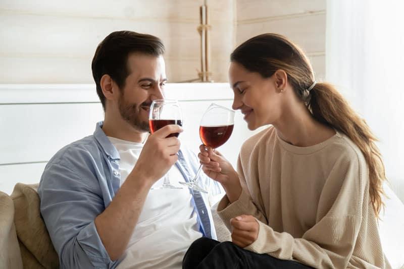 glückliches Paar, das Wein trinkt