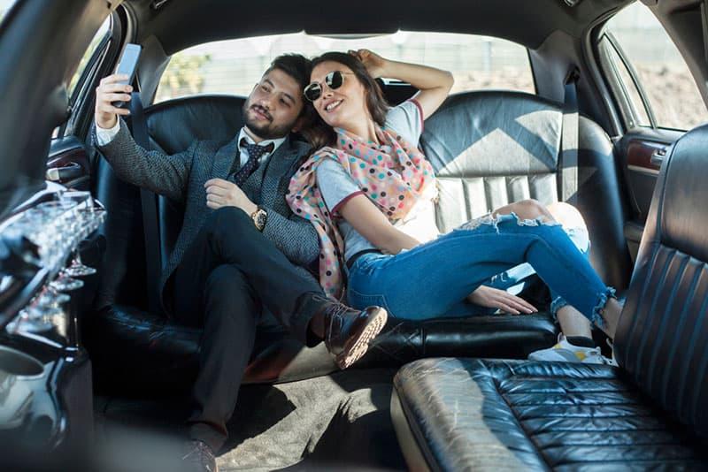 Paar Selfie in Limousine