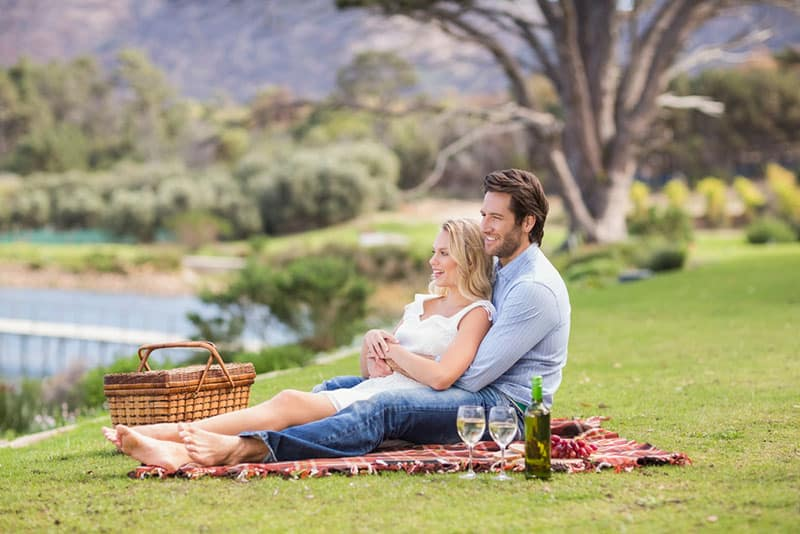 Paar genießt beim Picknick im Park