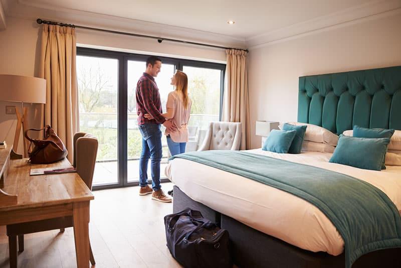 Paar im Hotelzimmer stehen