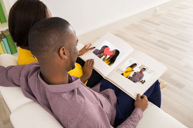 Paar schaut sich Fotoalbum an