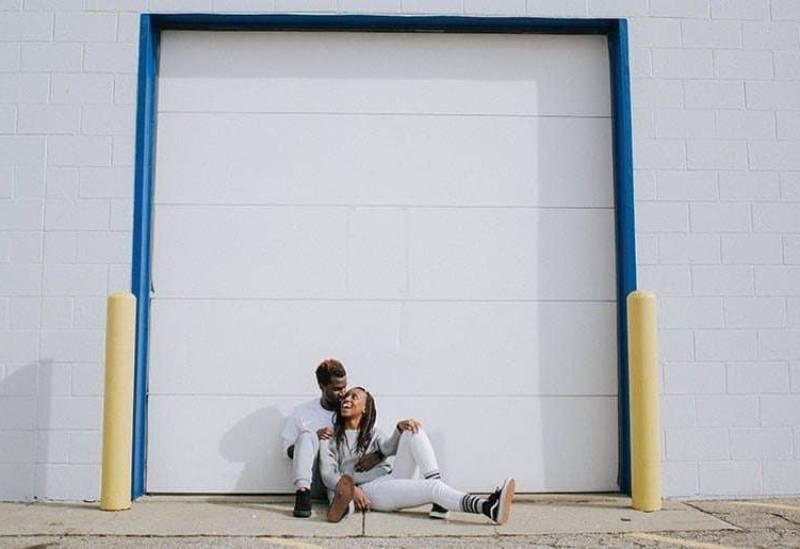 Paar sitzt auf Betonoberfläche
