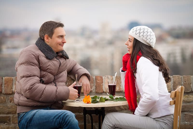 Paar sitzt draußen im Café