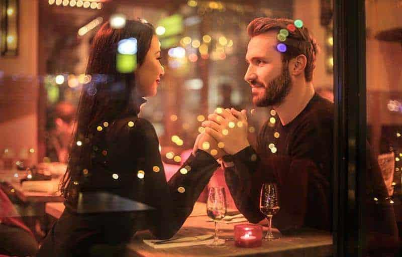 Paar sitzt im Restaurant