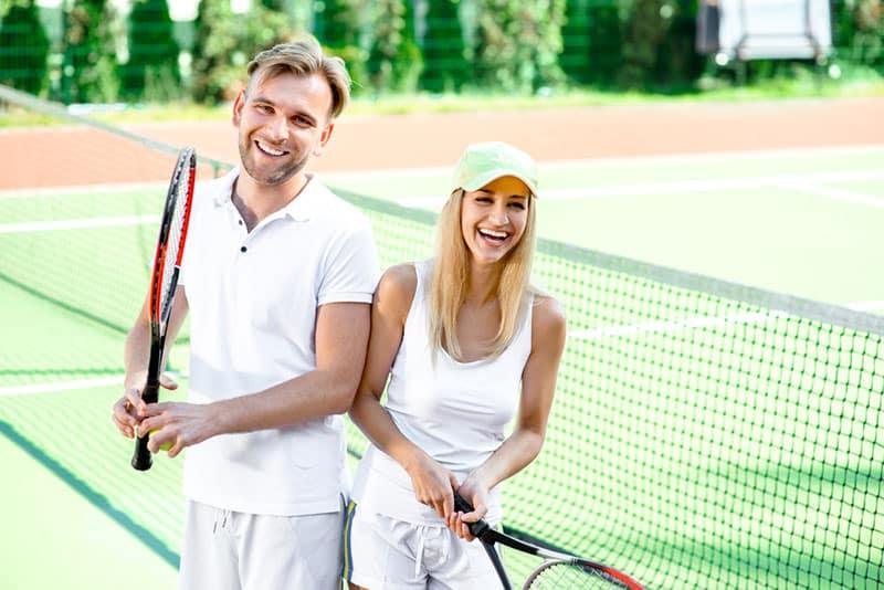 Paar zusammen Tennis spielen