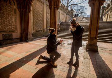 Ein Mann auf den Knien schlägt einer Frau vor
