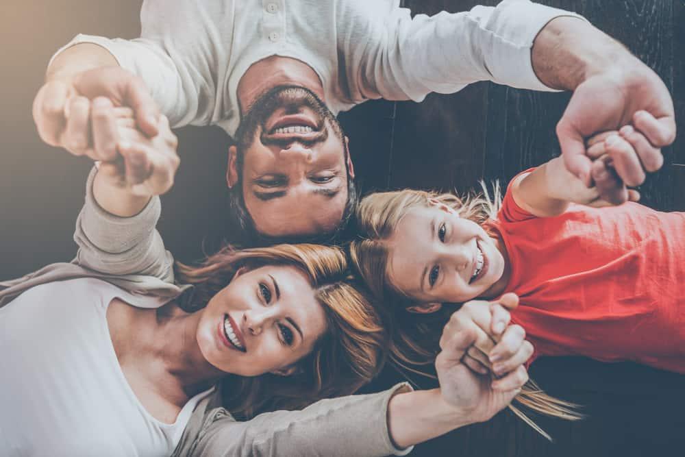 Selfie-Foto einer glücklichen Familie, die sich hinlegt