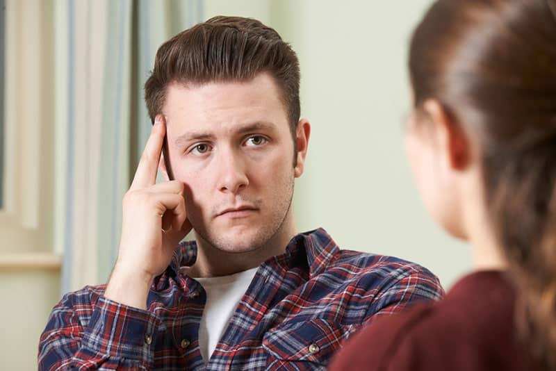 besorgter Mann hört Frau zu