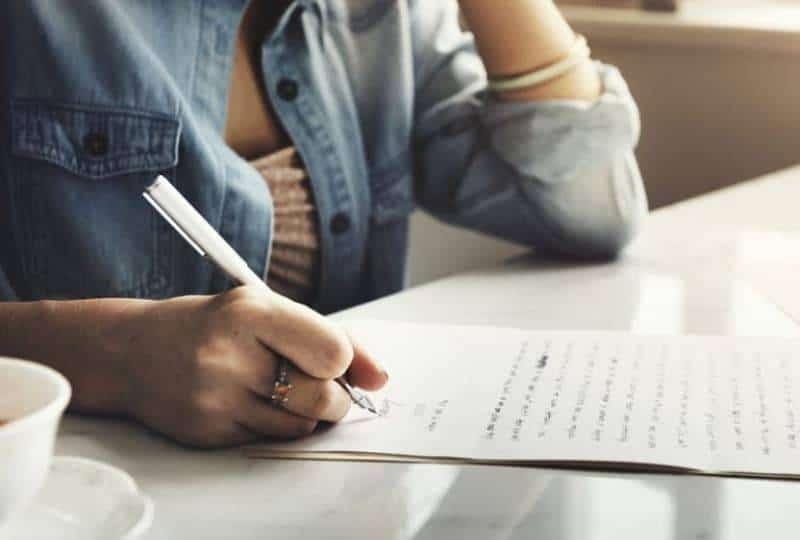 das Mädchen, das den Brief schreibtđ(1)