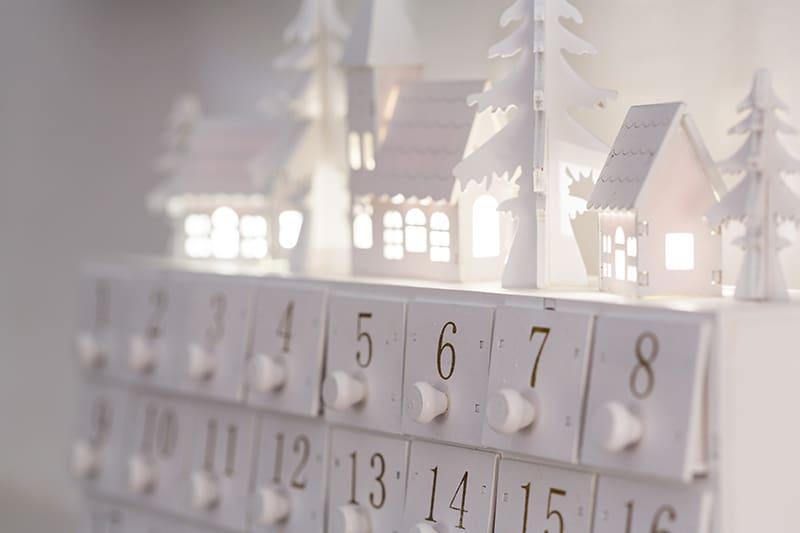 ein Adventskalender mit kleinen Schubladen und Weihnachtsmotiven