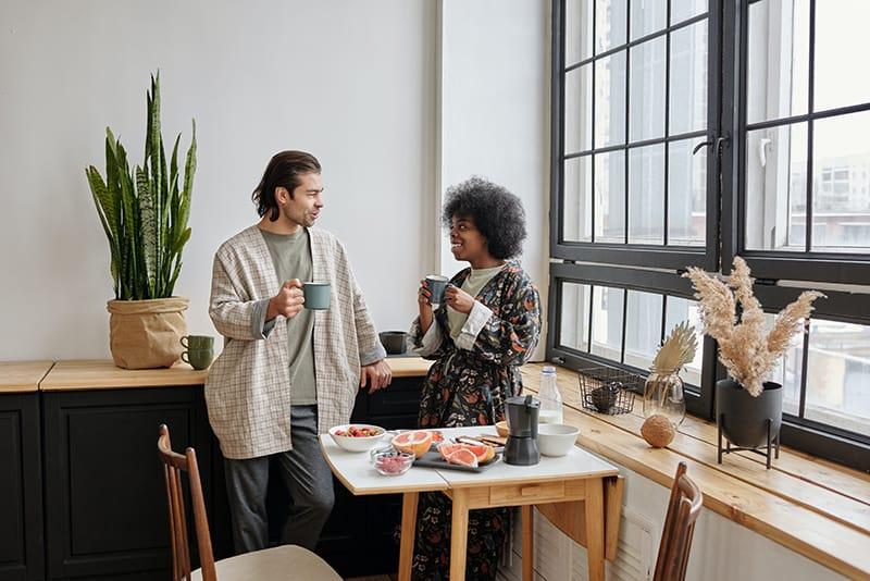 ein Ehepaar spricht beim Frühstück