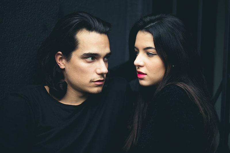 Ein Mann und eine Frau sehen sich an, während sie nahe beieinander stehen