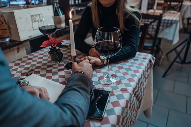 Ein Paar feiert Verlobung im Restaurant