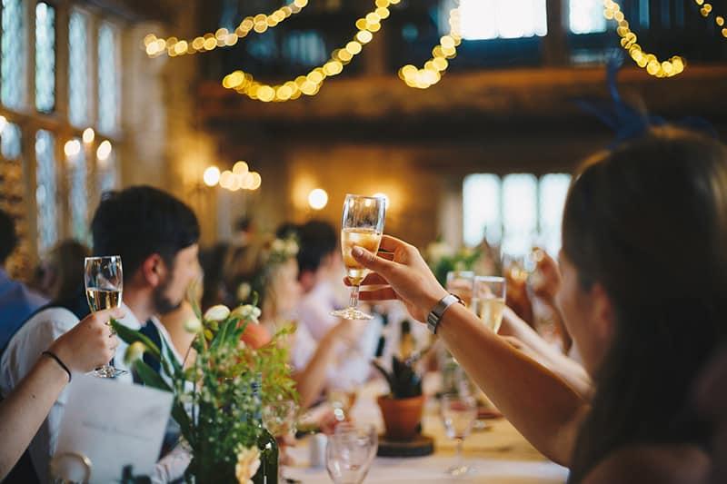 ein Volk, das auf der Party ein Weinglas hebt