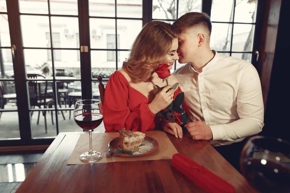 ein junges Liebespaar, das in einem Restaurant sitzt