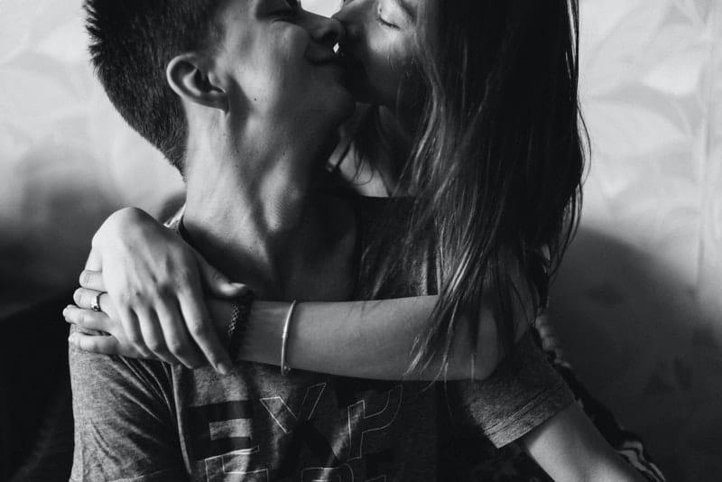 ein junges Liebespaar küsst sich