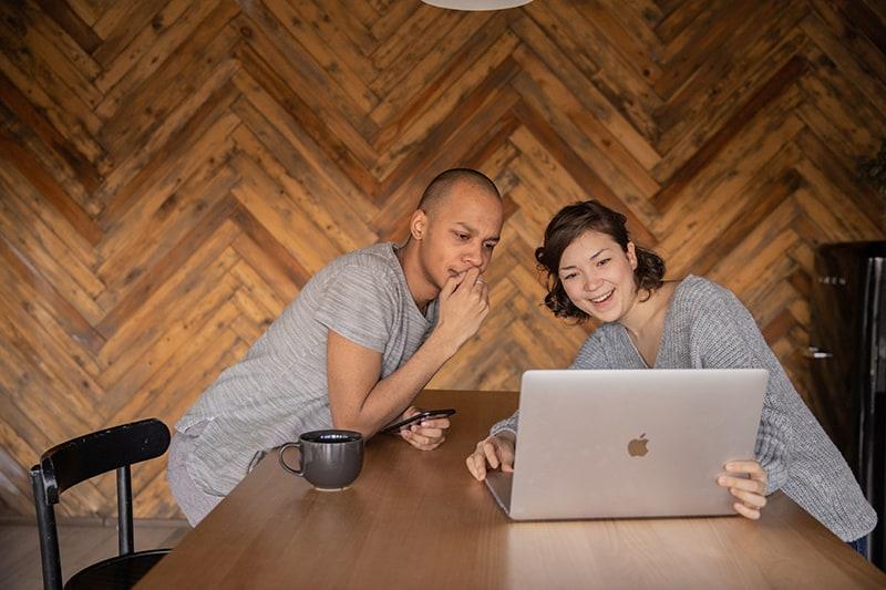 Ein Paar plant seine Zeit, während es auf den Laptop schaut