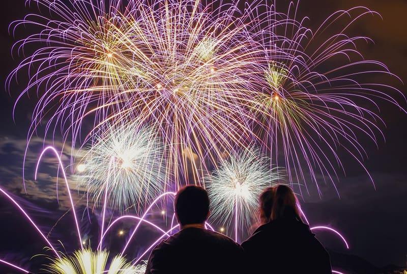 Ein Paar schaut sich nachts ein Feuerwerk an