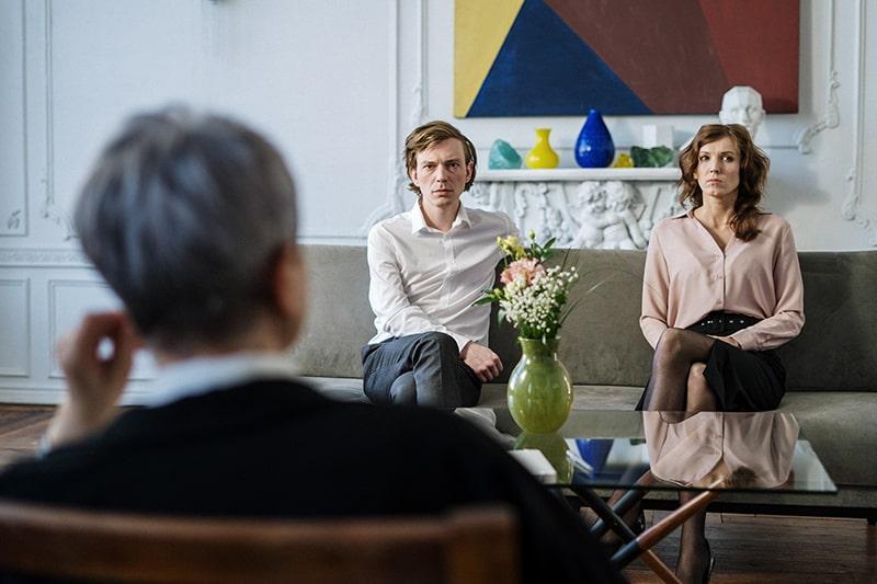 ein Paar sitzt auf dem Sofa beim Paarberater