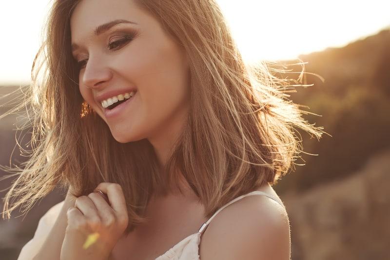 ein schönes junges Mädchen, das in der Sonne aufwirft