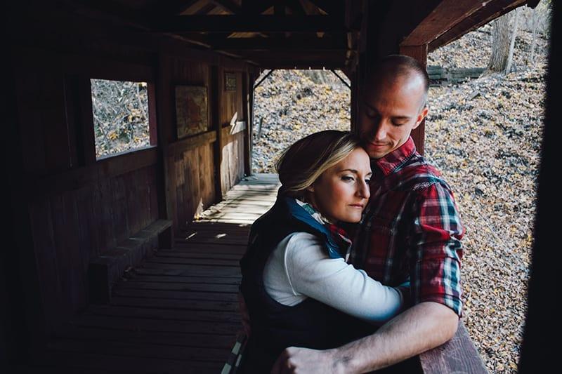 eine Frau, die einen Mann umarmt, während sie auf der Terrasse steht