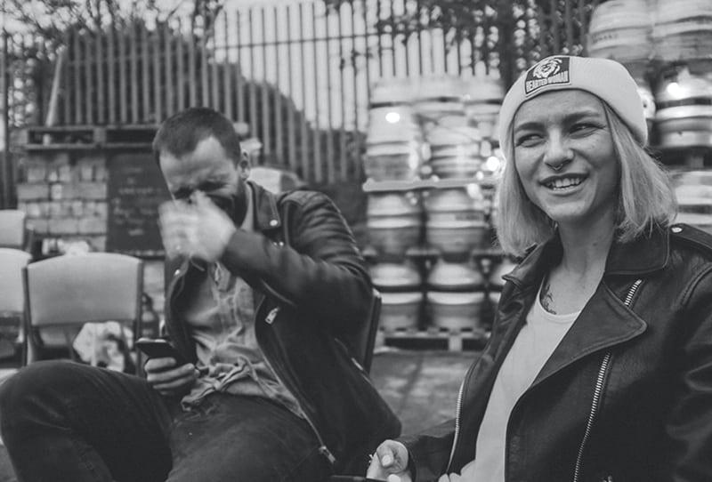 eine Frau und ein Mann lachen beim Scherzen