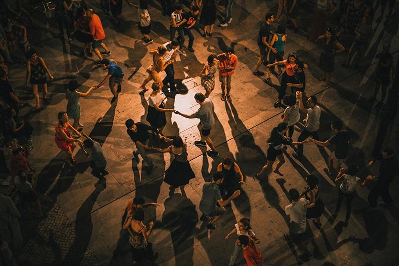 eine Gruppe von Menschen, die auf dem Tanzkurs tanzen