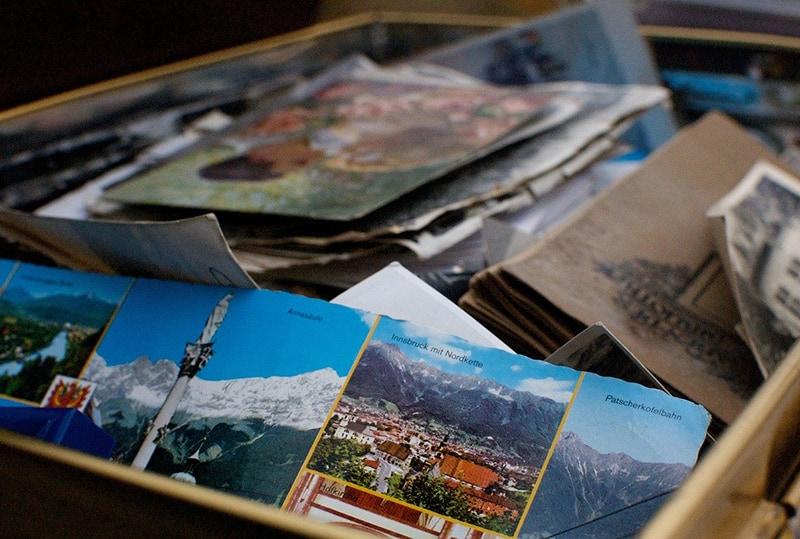 eine Schachtel voller Erinnerungen und Fotos