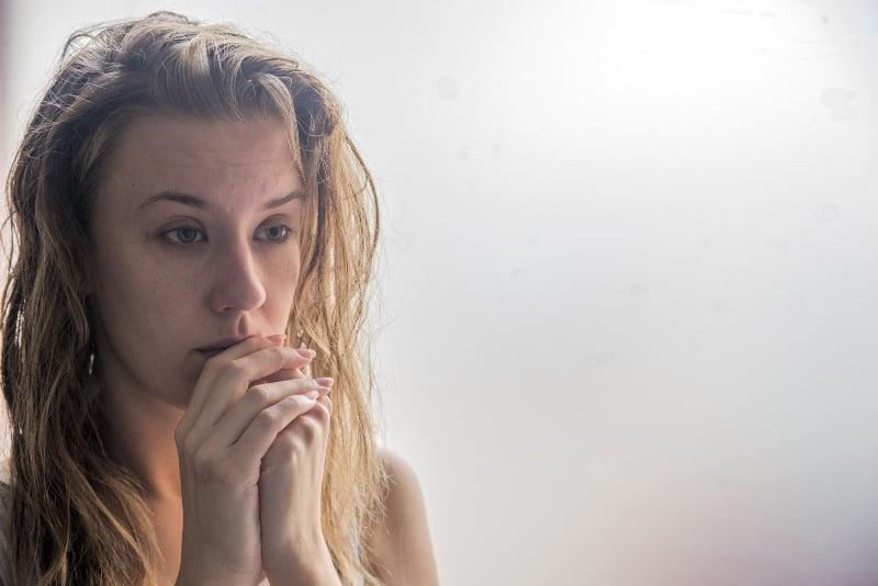 eine depressive Blondine mit einem leeren Blick