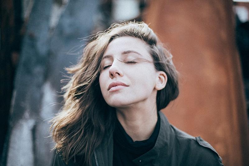 eine ruhige Frau mit geschlossenen Augen