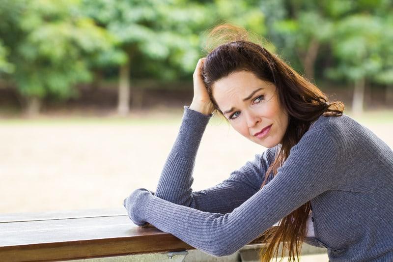 eine verärgerte und weinende Frau mittleren Alters