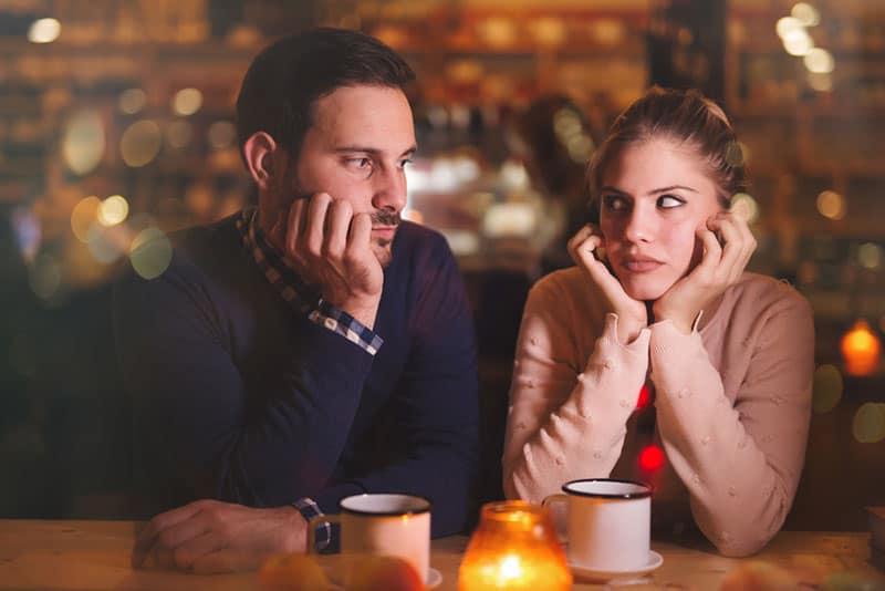 ernstes Paar, das sich ansieht