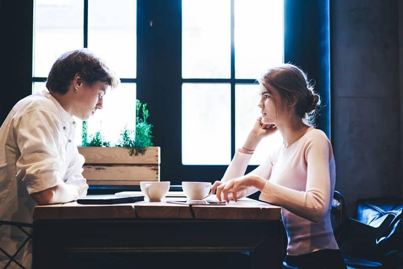 ernstes junges Paar reden