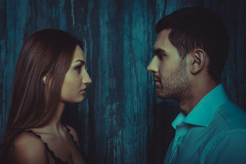 ernsthafte Frau und Mann schauen sich an