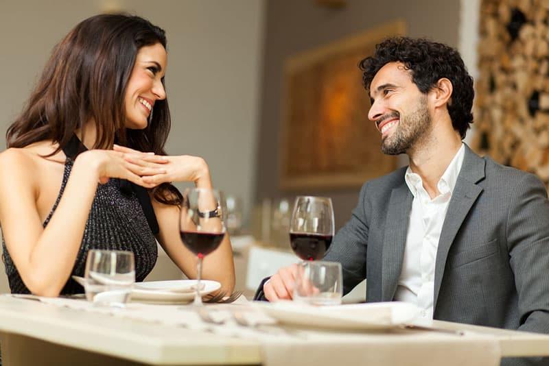 fröhliches Paar im Restaurant