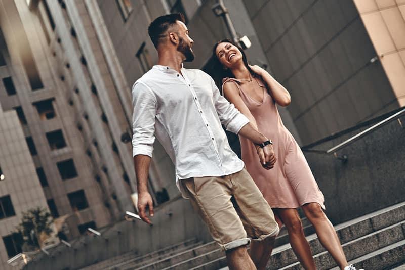 glückliches Paar, das durch die Stadt geht