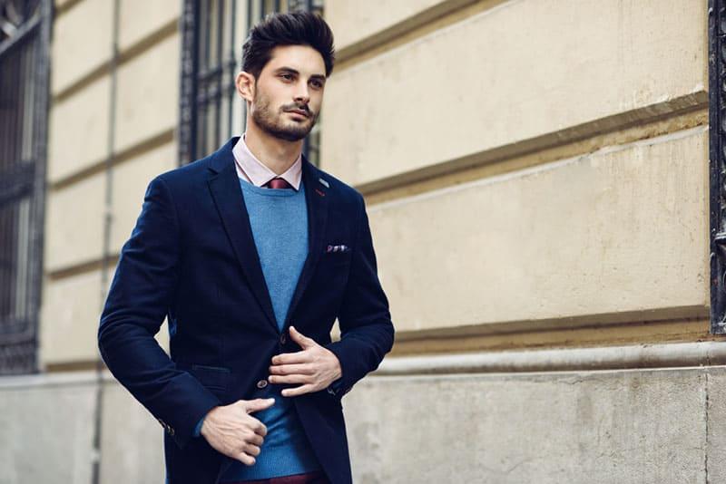 gutaussehender Mann im Anzug zu Fuß
