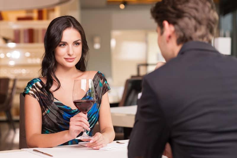 hübsche Frau auf Date mit Mann