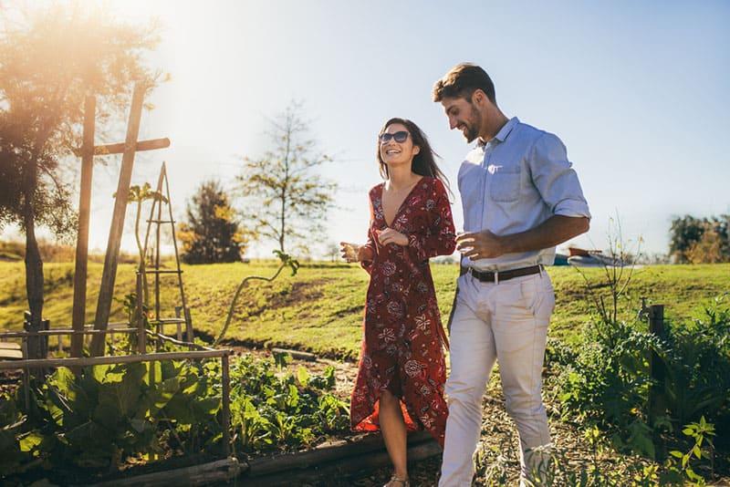 hübsches Paar, das im Park geht und spricht