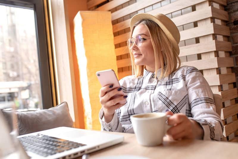 junge Frau, die im Café sitzt