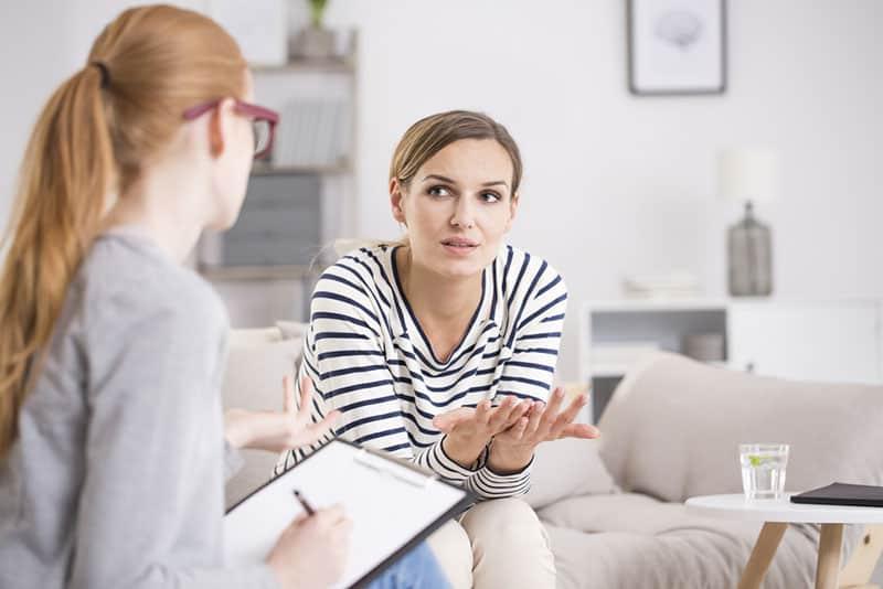 junge Frau im Gespräch mit Therapeutin