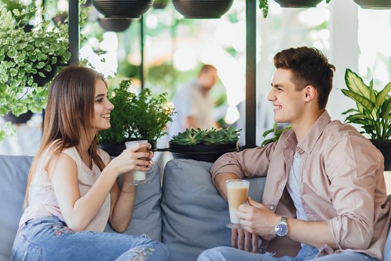 junges Paar am Kaffeetermin