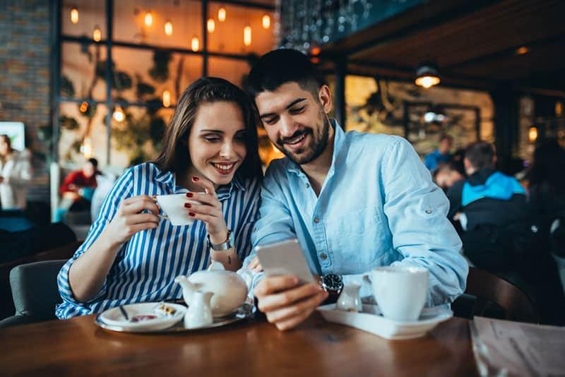 junges Paar, das Smartphone betrachtet