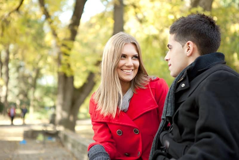 lächelnde Frau, die Mann ansieht