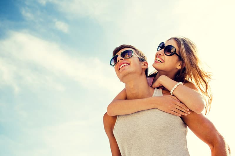 lächelnde Frau, die mit Mann umarmt