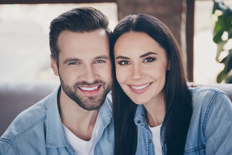 lächelndes Paar posiert