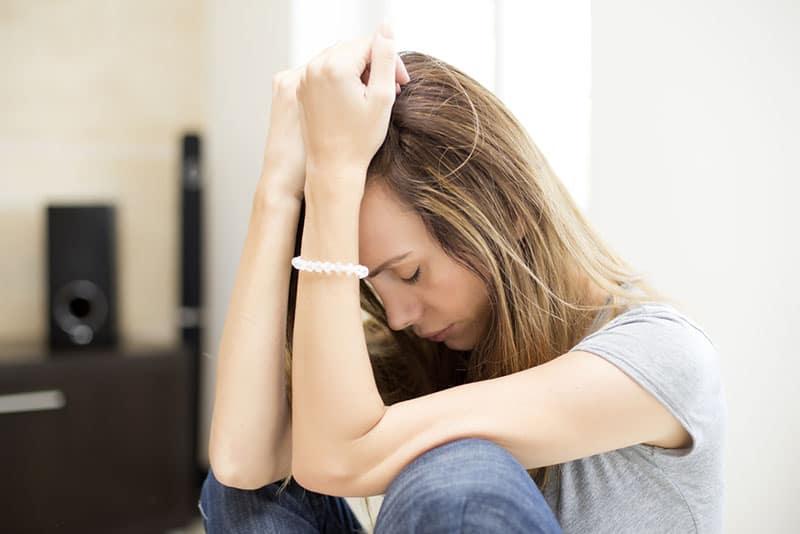 traurige Frau im Raum