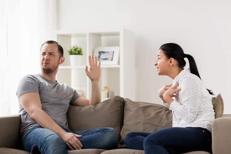 wütendes Paar auf der Couch streiten